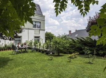 A Jagelló Hotel hangulatos kertjében nyugodtan olvashat