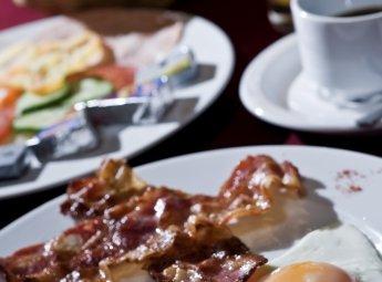 büféreggeli 7 és 10 óra között, bacon, tükörtojás