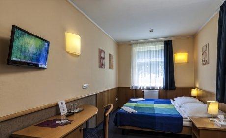 franciaágyas háromcsillagos szállodai szoba LED TV-vel