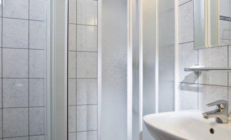 bagno con doccia, prodotti da bagno, asciugacapelli
