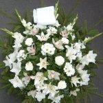 Fenyőkoszorú fehér vegyes virágból