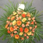 Fenyőkoszorú narancs vegyes virágból