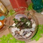 Üveggömb kagylókkal, növénnyel