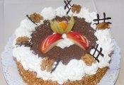 Jonatán torta  (diós piskótaalap almatöltelékkel, fehérboros sárgakrémmel töltve)