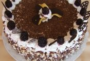 Valentin torta  (kakaós piskótaalap diókrémmel, eperkrémmel töltve)