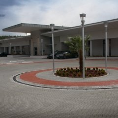 Parkoló a szálloda bejáratánál