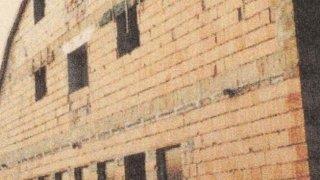 Alul az uszoda, felette a szobák, 2000 körül