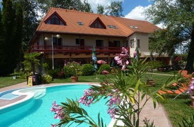 Zsanett Hotel medencével