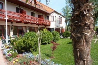 Zsanett Hotel Étterem virágos terasz