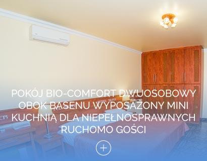 Pokój Bio-Comfort dwuosobowy obok basenu wyposażony mini kuchnią dla niepełnosprawnych ruchomo gości