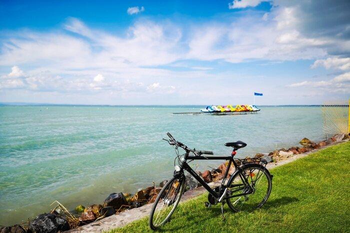 Biciklizés a Balatonnál
