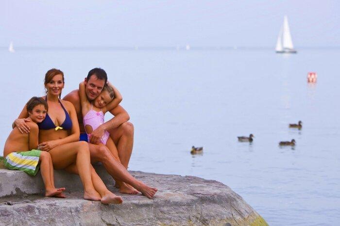 Családi strandolás a Balatonon