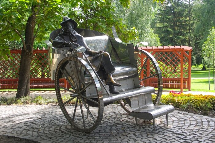 A siófoki hintós Krúdy-szobor