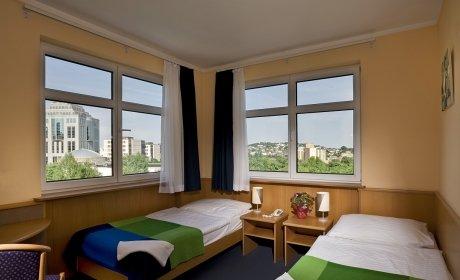 Hotelszoba tiszta, igényes és praktikus berendezéssel