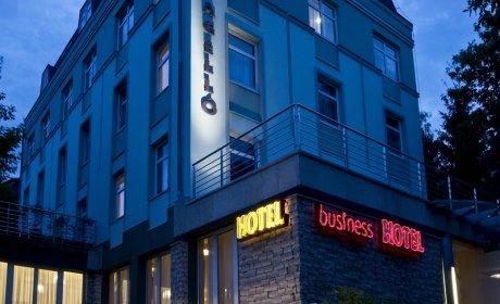 Jagello Hotel esti fényben a MOM irodaházhoz közel