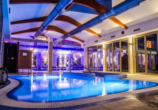 плавательный бассейн со свето- и звукотерапией