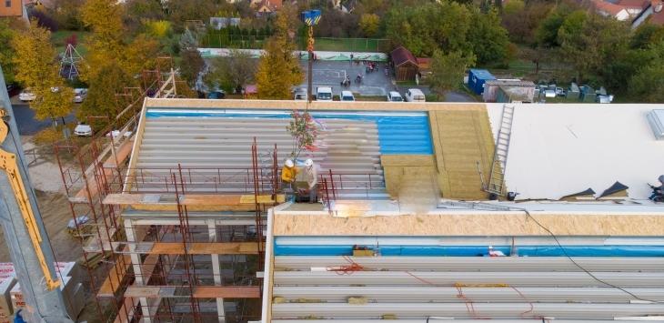 Most a tetőre, később falra mászunk