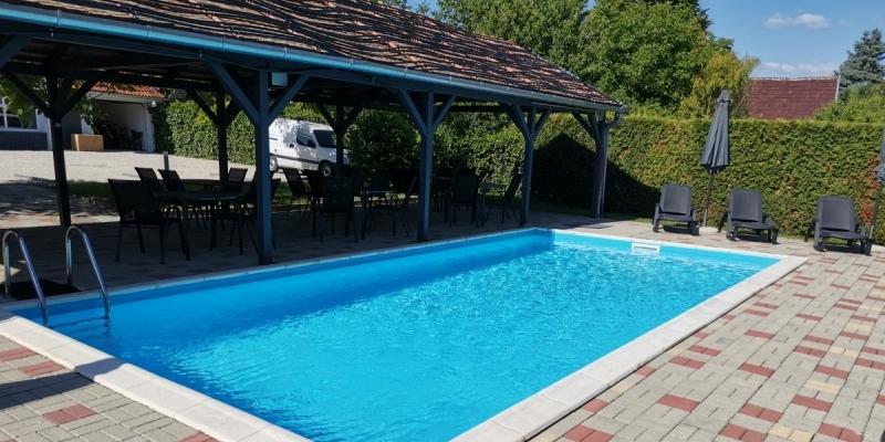 Sezóna začíná u bazénu a na slunci