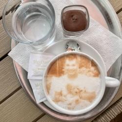 Selfieccino – Nachricht in einem Kaffee