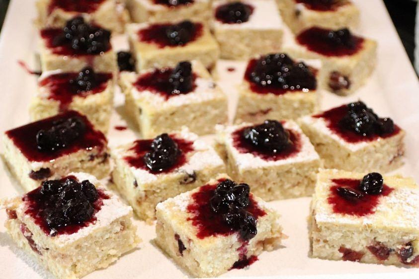 Túrós-zabpelyhes sütemény vörösáfonyával