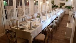 Fehér terem hosszú asztal