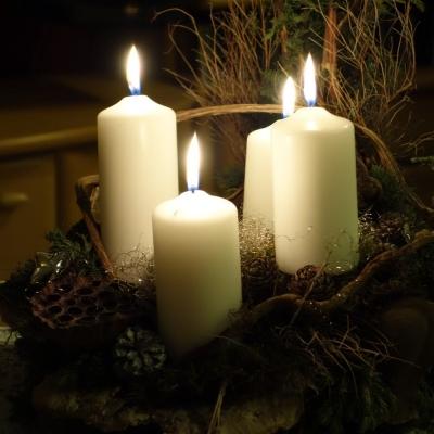 Kerzenentzündung auf dem Adventskranz