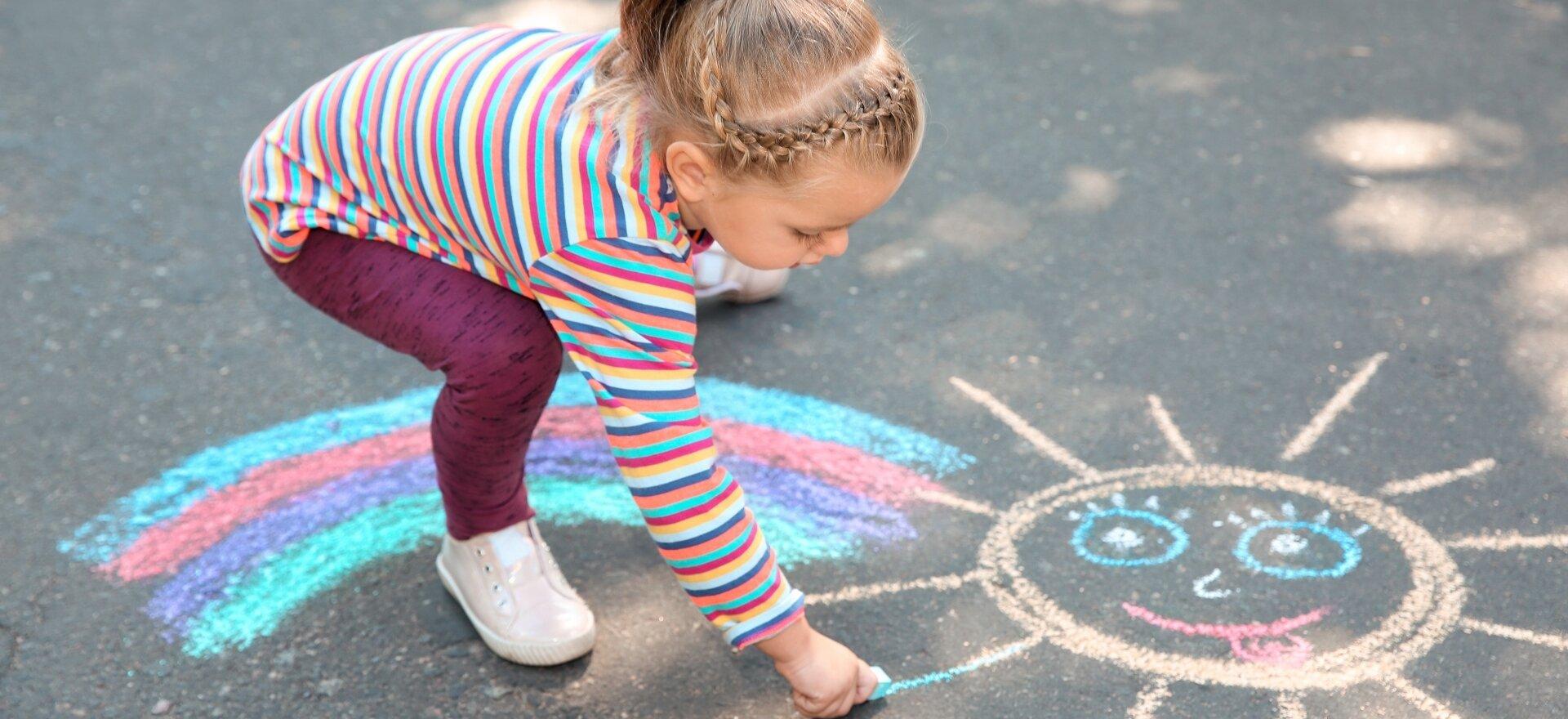 Krétával rajz az aszfaltra