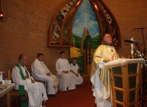 Böjte Csaba Karoson misézett