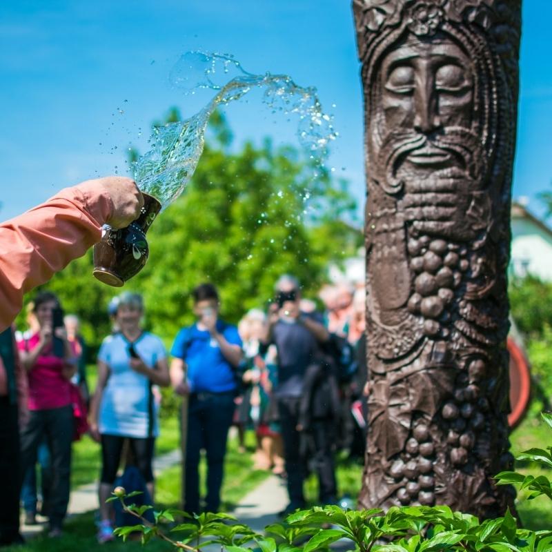 A jó termésért locsolták Orbán szobrát