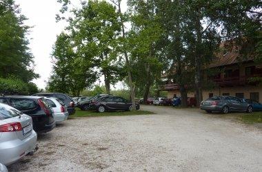 Zsanett Hotel Parking